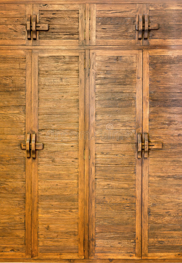 Старая коричневая деревянная дверь стоковая фотография