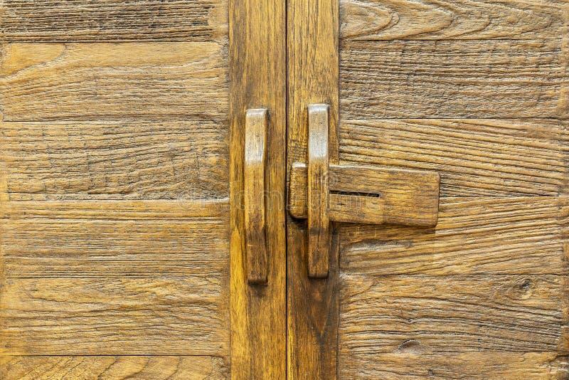 Старая коричневая деревянная дверь стоковые фото