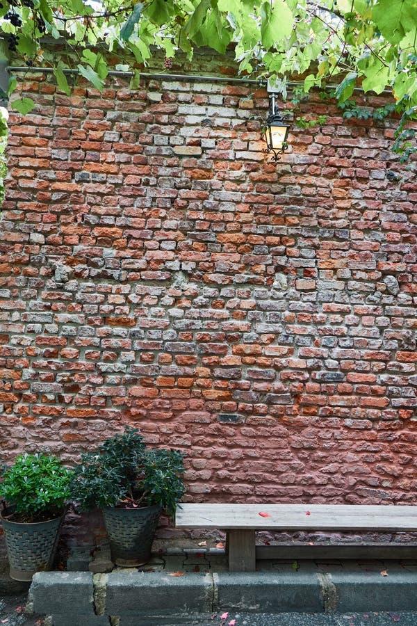 Старая коричневая кирпичная стена стоковое фото