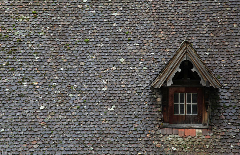 Старая коричневая крыша плитки с dormer стоковая фотография
