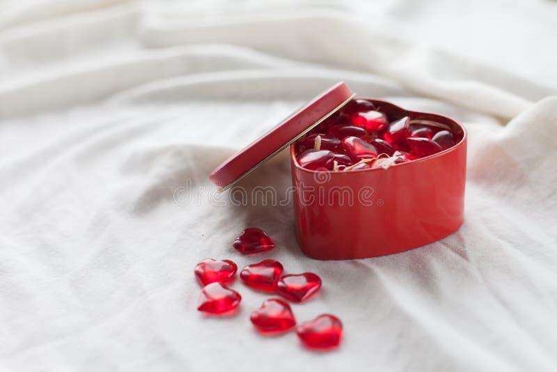 Старая коробка в форме сердца на белой предпосылке, на белой ткани, в желейных бобах коробки красных сладостных, день ` s валенти стоковые изображения