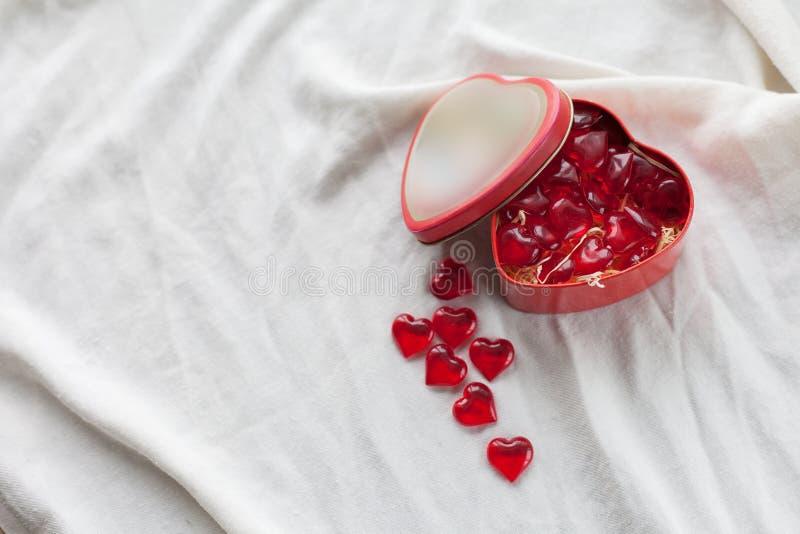 Старая коробка в форме сердца на белой предпосылке, на белой ткани, в желейных бобах коробки красных сладостных, день ` s валенти стоковое изображение rf