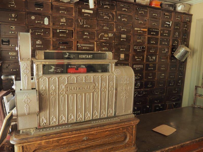 Старая коробка наличных денег в винтажной фармации стоковое фото rf
