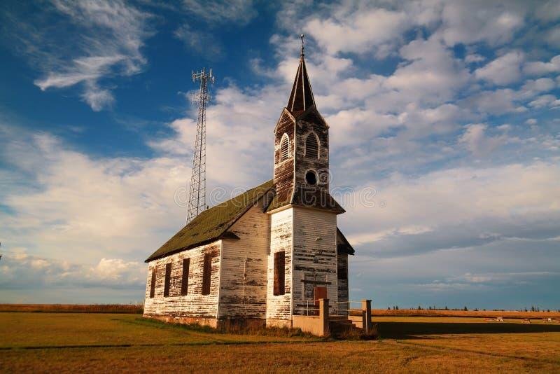 Старая, который взошли на борт вверх по церков и новой радиовышке стоковая фотография rf