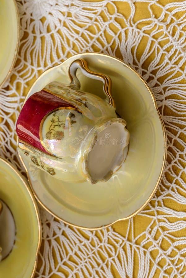 Старая кофейная чашка фарфора на продаже на уличном рынке, Chiavari, Италии стоковое фото