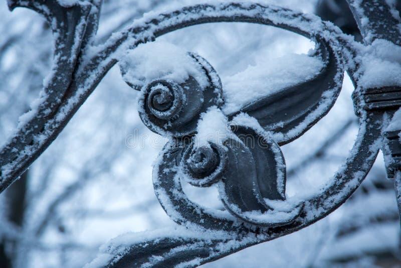 Старая красивая деталь загородки литого железа стоковое фото rf