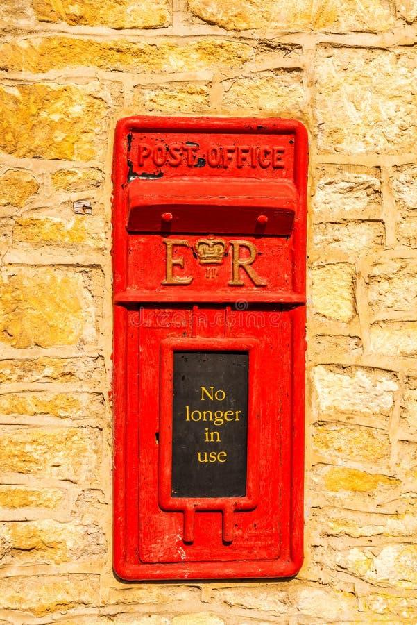 Старая красная коробка письма в стене, традиционный путь поставлять позволила стоковое фото
