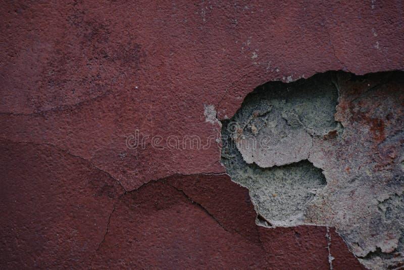 Старая красная побеленная стена с богатой и различной текстурой стоковое изображение