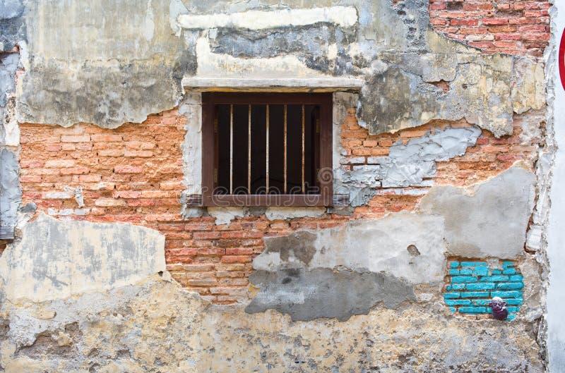 Старая красная стена bricklaying под краской цемента отказа стоковые фотографии rf