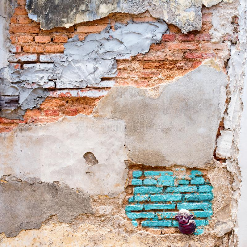 Старая красная стена bricklaying под краской цемента отказа стоковые изображения
