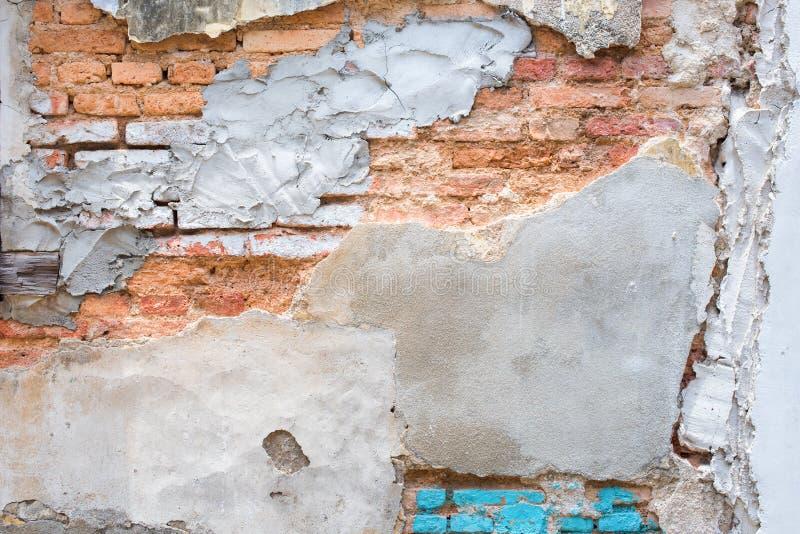 Старая красная стена bricklaying под краской цемента отказа стоковое изображение rf