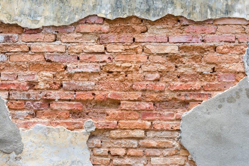 Старая красная стена bricklaying под треснутым цементом стоковое изображение