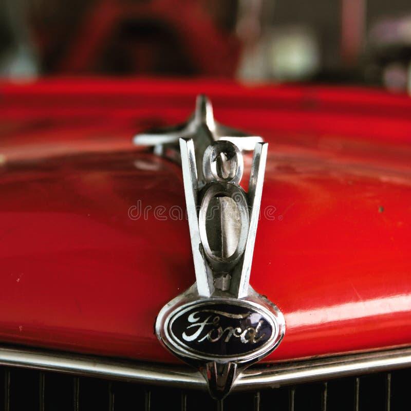 Старая красная эмблема клобука и V8 пожарной машины Форда стоковые изображения rf