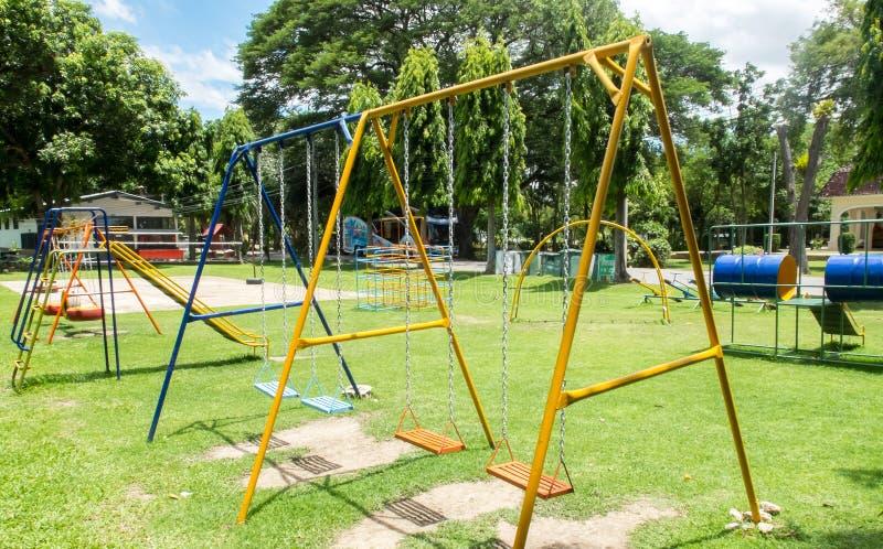 Старая красочная пустая цепь отбрасывает на спортивной площадке детей стоковое фото