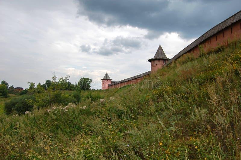 Старая крепостная стена монастыря над рекой Россия suzdal стоковые изображения rf