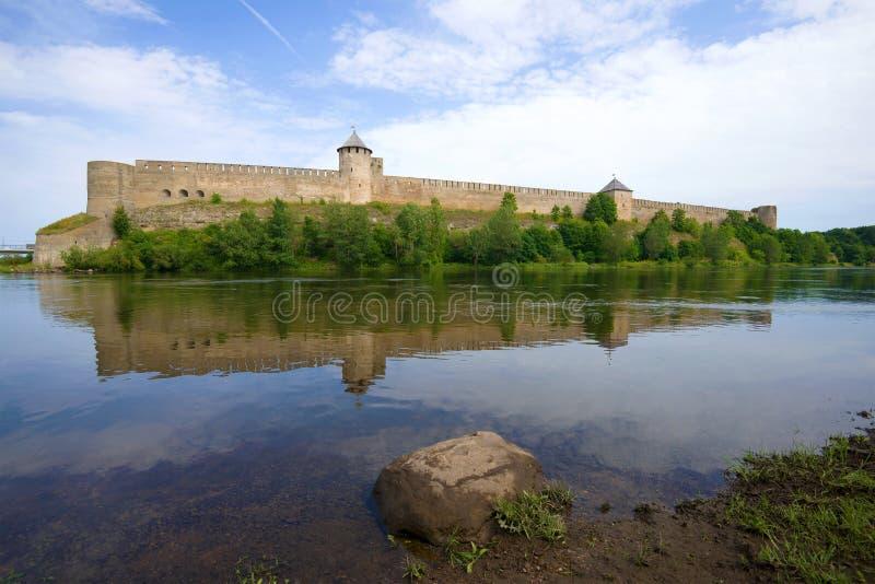 Старая крепость Ivangorod на реке Narva в дне в августе Ivangorod, Россия стоковая фотография rf