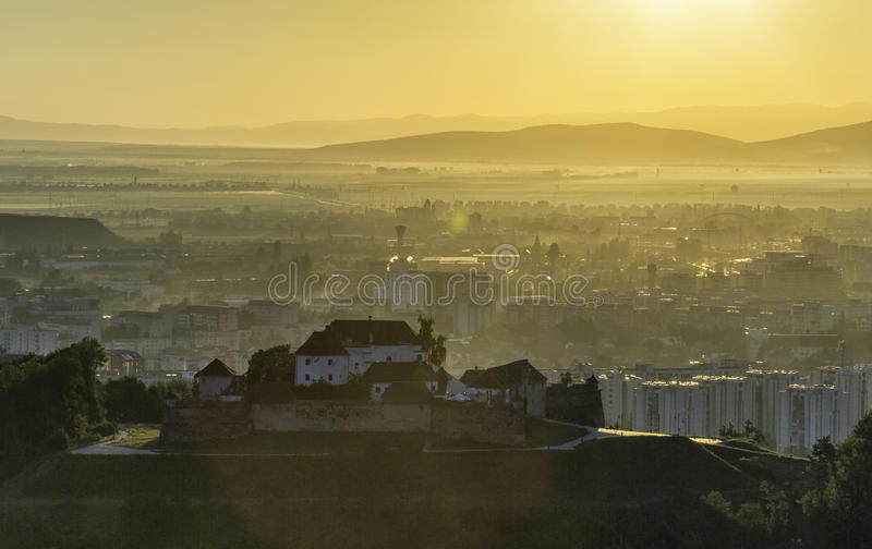 Старая крепость na górze холма во время восхода солнца стоковые фото