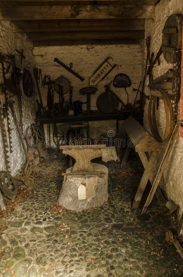 Старая кузница с ржавым наковальней стоковые фото