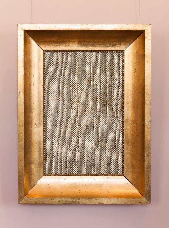 Старая классическая деревянная рамка с пустой холстиной стоковые изображения