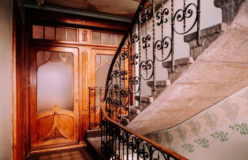 Старая лестница в buildiing Ла Chaux de Fonds, Швейцарии стоковое фото