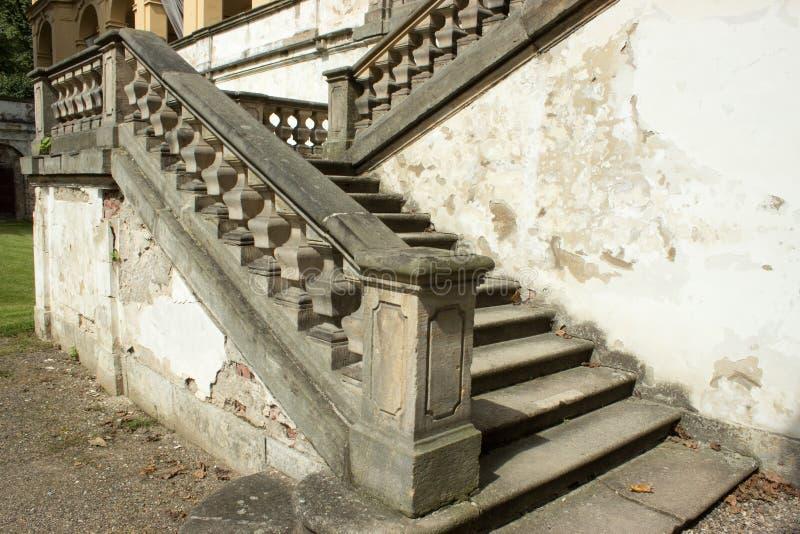 Старая лестница замка и треснутые стены стоковая фотография
