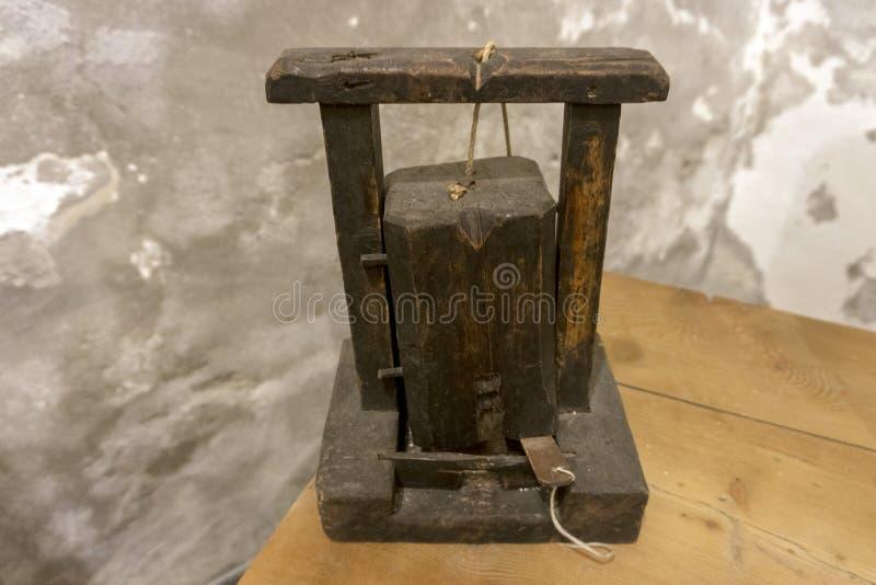 Старая ловушка мыши стоковые фото