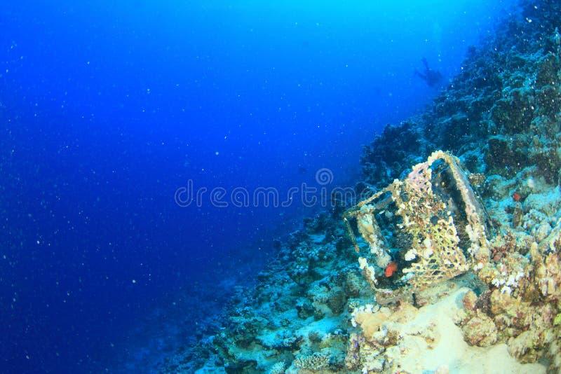Старая ловушка рыб на дне моря стоковая фотография