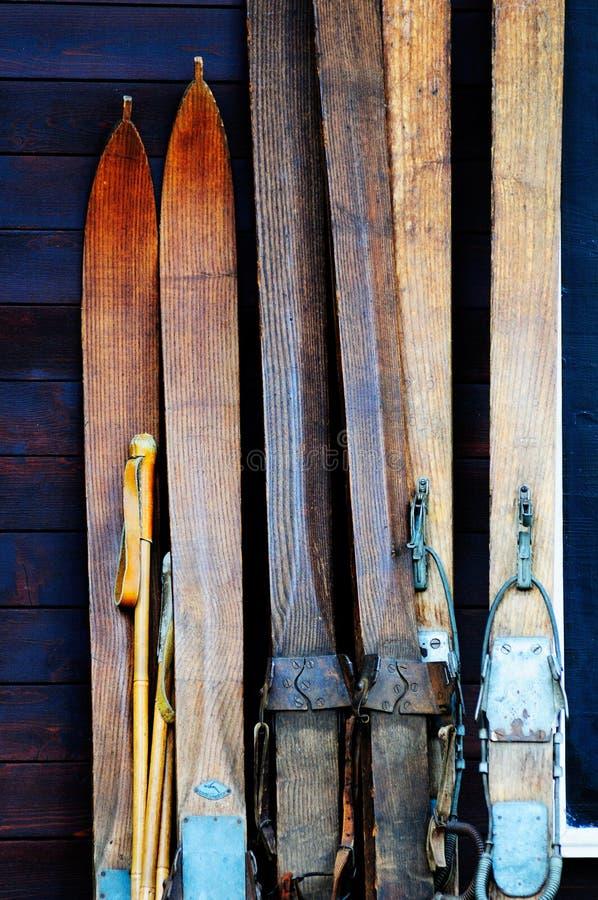 старая лыжа стоковая фотография rf