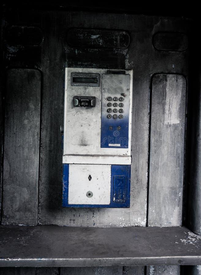 Старая машина общественного телефона вышла при принятое фото влияния стиля фотографии grunge в Джакарту Индонезию стоковые изображения rf