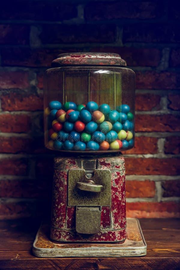 Старая машина Gumball с красочными яичками стоковая фотография rf