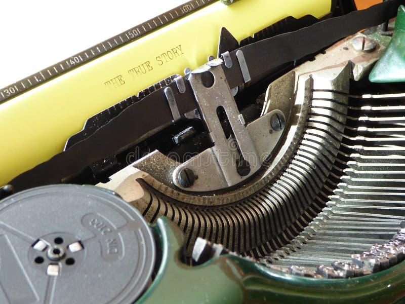 Старая машинка и желтая бумага с рассказом текста истинным стоковые изображения