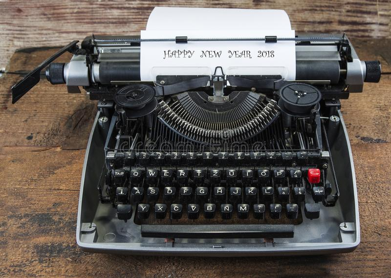 Старая машинка от семидесятых годов с космосом бумаги и экземпляра Счастливый Новый Год 2018 стоковое изображение