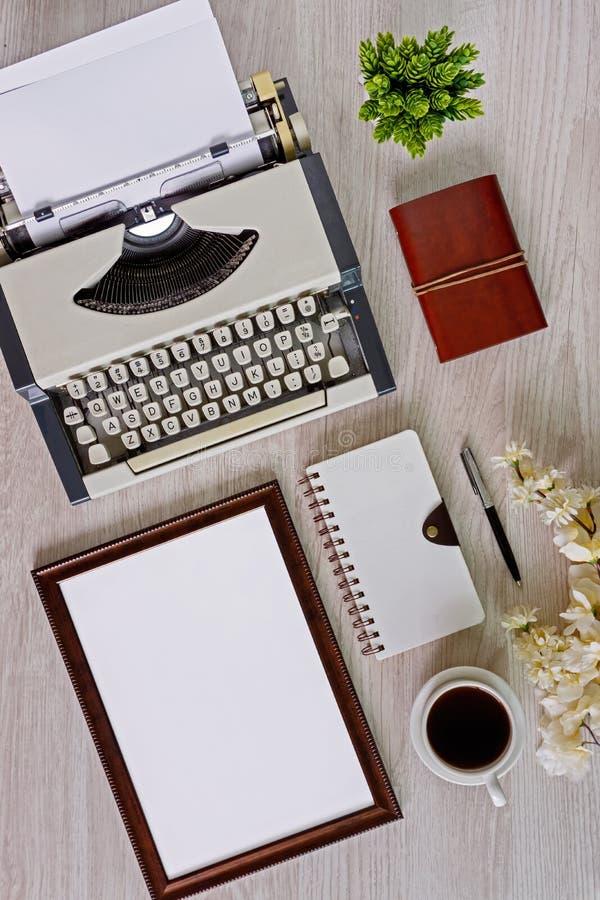 Старая машинка с листом бумаги и деревянная рамка с космосом экземпляра текста стоковая фотография rf