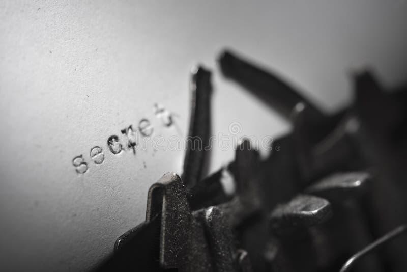 Старая машинка с секретом письменного текста стоковые фото