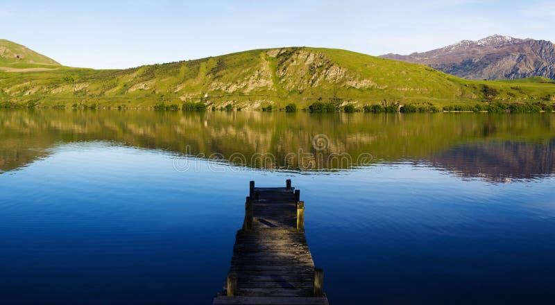Старая мола шлюпки, озеро Hayes, Новая Зеландия стоковая фотография rf