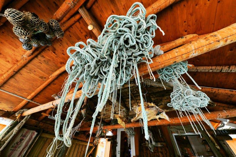 Старая морская шестерня в поселении рыбной ловли стоковые изображения
