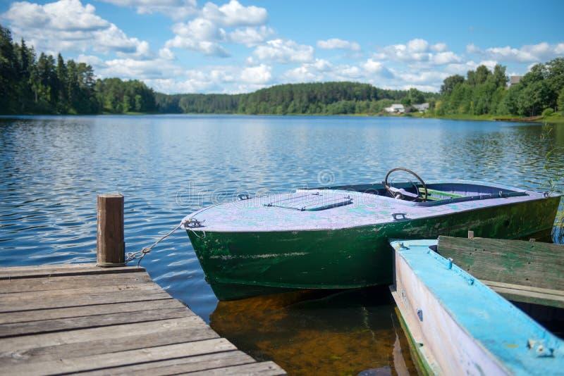 Старая моторная лодка на озере стоковые фото