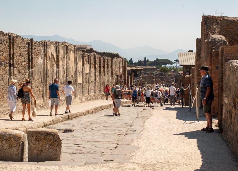 Старая мощенная булыжником улица в руинах Помпеи, Италии стоковое фото