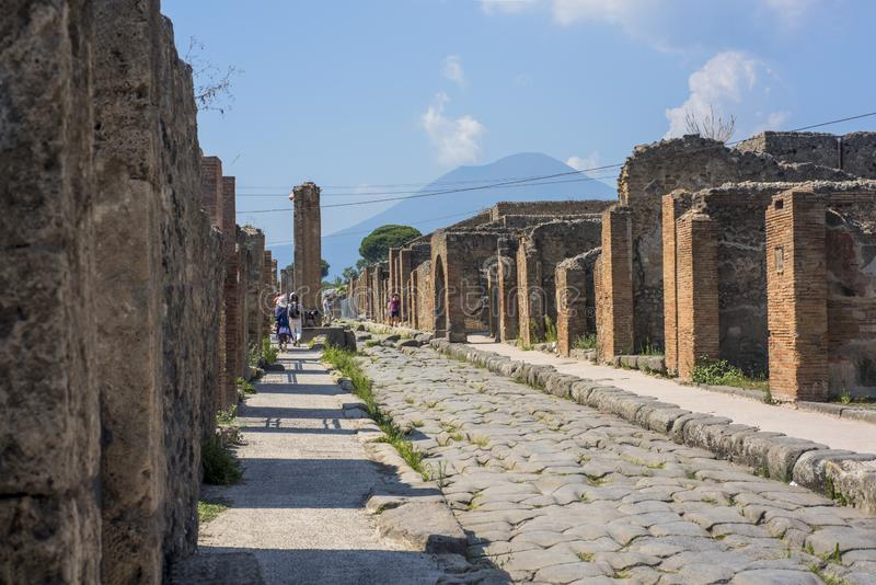Старая мощенная булыжником улица в руинах Помпеи, Италии, 2019 стоковые фото