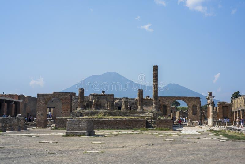 Старая мощенная булыжником улица в руинах Помпеи, Италии, 2019 стоковое изображение
