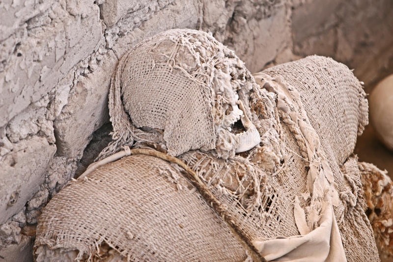 Старая мумия обернутая в ткани стоковые фотографии rf