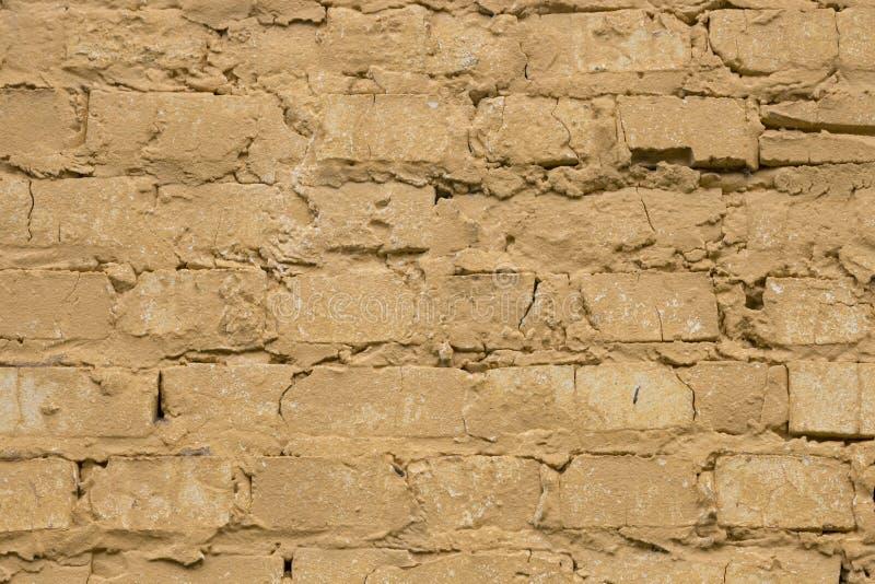 Старая несенная желтая предпосылка кирпичной стены стоковое изображение rf