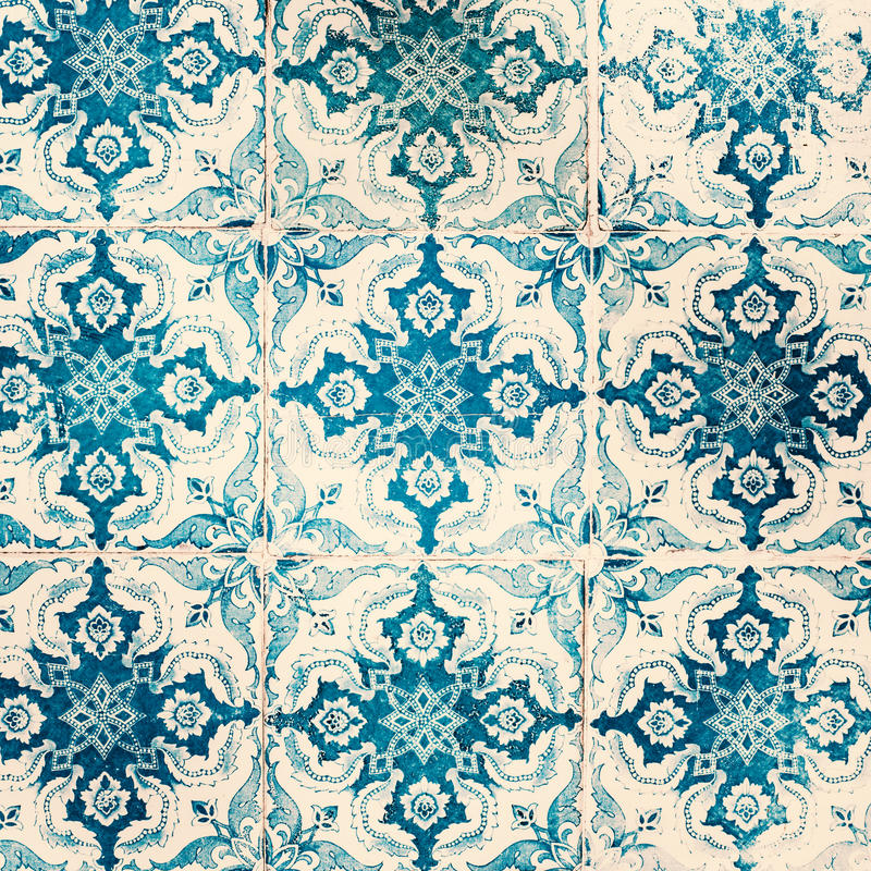 Старая несенная текстура Традиционные богато украшенные португальские декоративные плитки стоковые фотографии rf