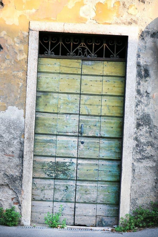 Старая нечестная деревянная дверь стоковая фотография