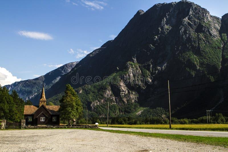 Старая норвежская церковь на пути к trolstigen стоковые изображения