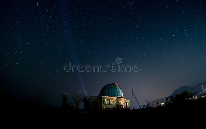 Старая обсерватория под звездным небом стоковые фотографии rf