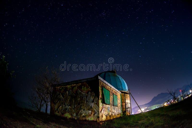 Старая обсерватория под звездным небом стоковые изображения rf