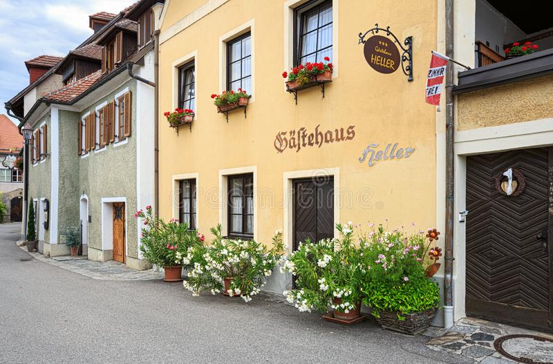 Старая очаровательная гостиница украшенная с цветками Weissenkirchen в der Wachau, Нижней Австрии стоковое фото