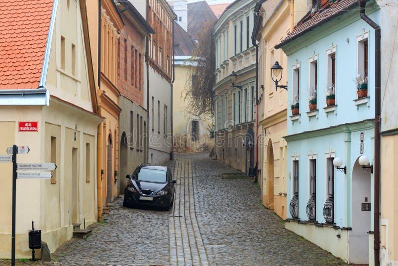 Старая очаровывая мощенная булыжником улица в историческом центре Znojmo, чехии стоковая фотография rf