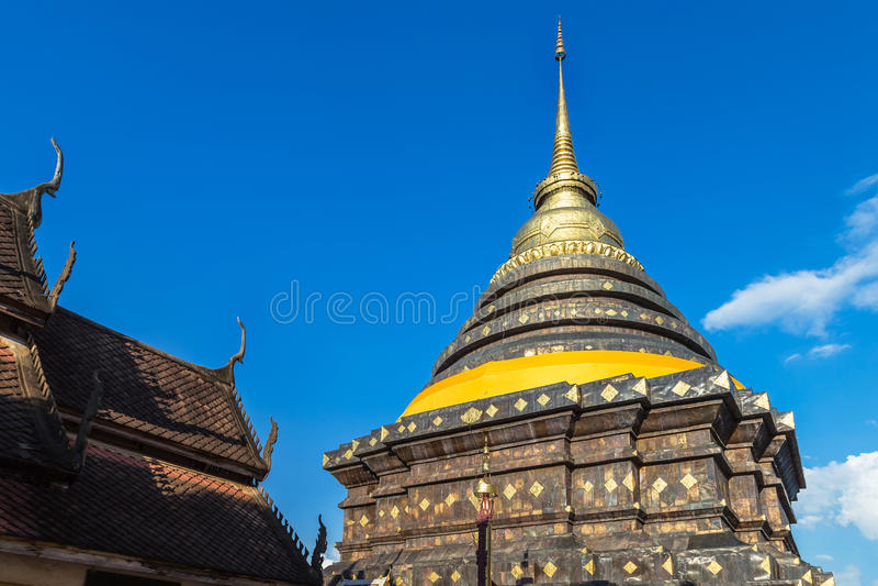 Старая пагода stupa в pra wat то luang lampang на lampang Таиланде стоковые изображения
